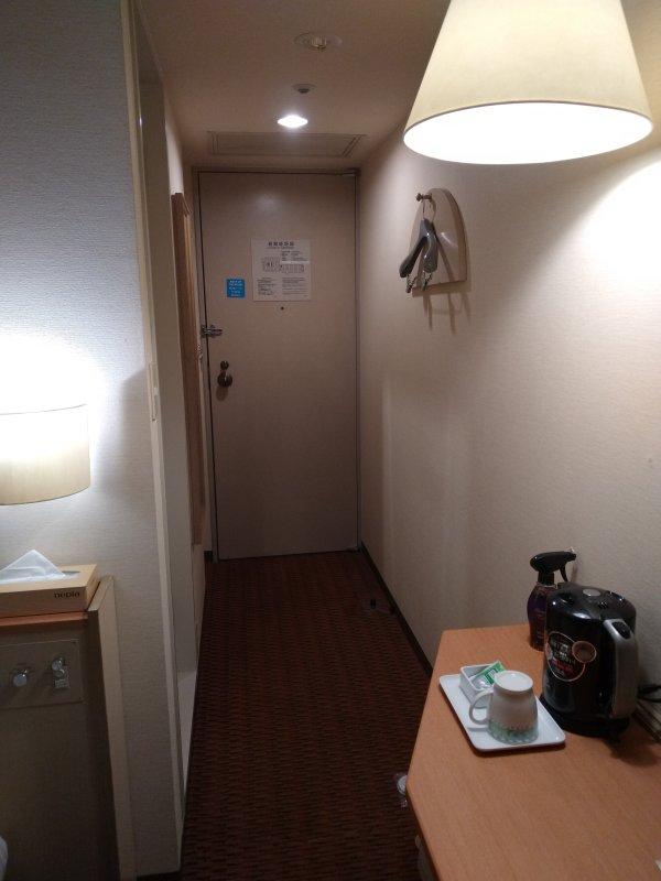 博多グリーンホテル2号館の館内と部屋を写真で紹介-部屋の奥から入口方向