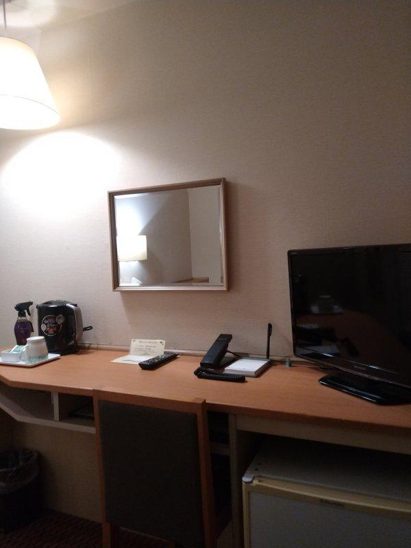 博多グリーンホテル2号館の館内と部屋を写真で紹介-デスクとテレビ