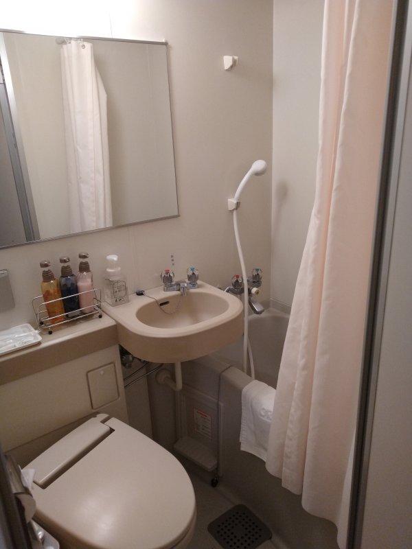 博多グリーンホテル2号館の館内と部屋を写真で紹介-バス・トイレ