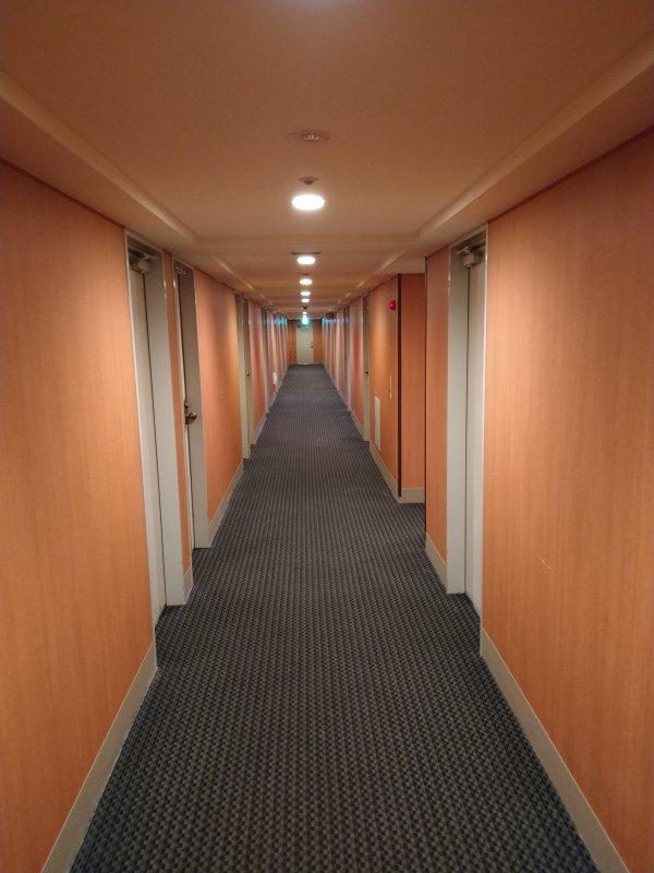 博多グリーンホテル2号館の館内と部屋を写真で紹介-客室前の廊下