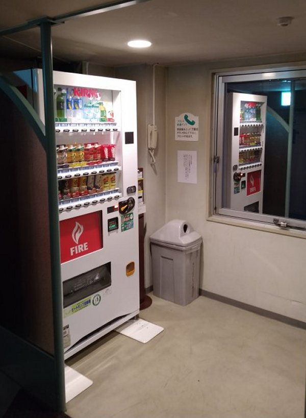 博多グリーンホテル2号館の館内と部屋を写真で紹介-自動販売機コーナー