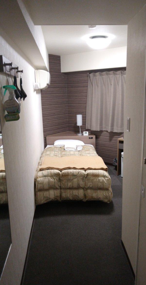 ハカタビジネスホテルの部屋を写真で紹介(部屋入口から)