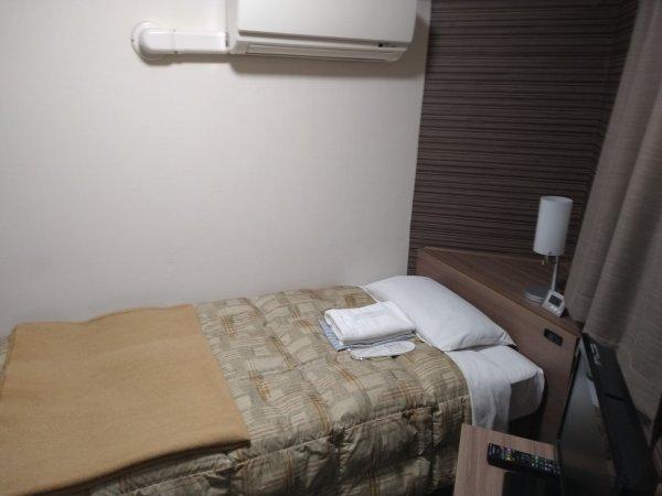 ハカタビジネスホテルの部屋を写真で紹介(ベッド周り)