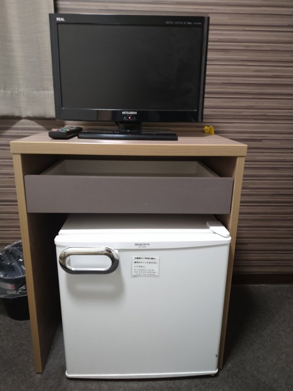 ハカタビジネスホテルの部屋を写真で紹介(テレビと冷蔵庫)