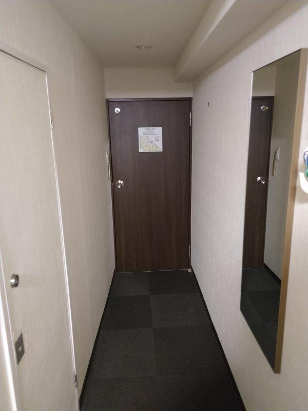 ハカタビジネスホテルの部屋を写真で紹介(部屋の奥から入口方向)