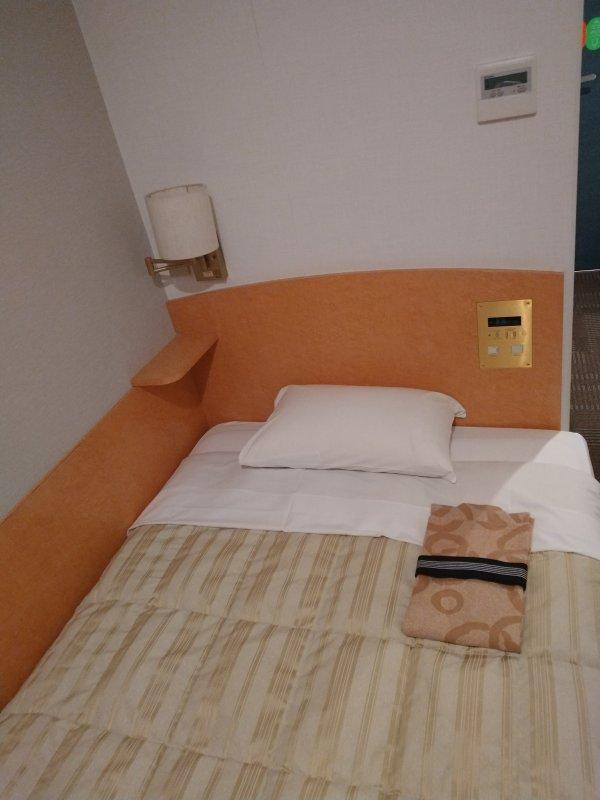 サンライフホテル2・3<博多>の部屋を写真で紹介(ベッド周り)